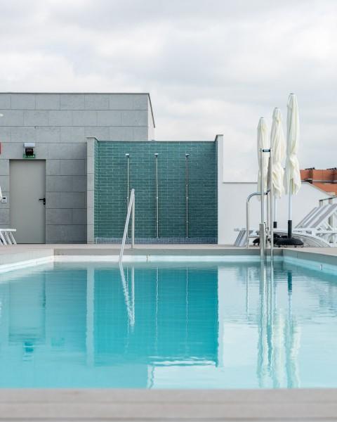 fotografía piscina exterior residencia universitaria youniq