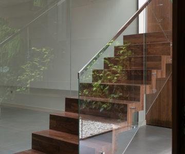 escala con barandilla de cristal Casa Luxury Arenal - fotografía de arquitectura e interiorismo ángeles molina
